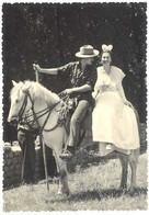 Cpsm Gardian Et Arlésienne à Cheval      ( FO ) - Costumi