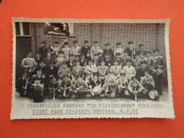 """Ypres - Yper - Ieper  Foto De Koninklijke Fanfare """" De Vijverzonen """" Dikkebus   Jaar 1951 13,50 Cm X 8,50 Cm( 2 Scans ) - Ieper"""