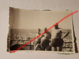 Photo Vintage. Original. Érotique. Homme Musclé Semi-nu Et Deux Gros Hommes. URSS - Unclassified