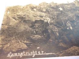 CARTE PHOTO  14/18    SOLDATS ALLEMAND  AU REPOS DANS LES CRATERES DE BOMBES - 1914-18