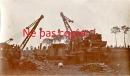 PHOTO - RELEVAGE D'UNE PETITE LOCOMOTIVE PAR LES AUSTRALIENS A GODEWAERSVELDE PRES DE HAZEBROUCK NORD - GUERRE 1914 1918 - 1914-18