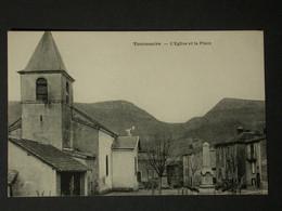 Ref6208 CPA Tournemire (Aveyron) - L'église Et La Place - Monument Aux Morts - Andere Gemeenten