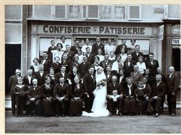 28, Chartres, Photo 22 X 16,7cm Sur Carton, Mariage Devant Une Confiserie Patisserie Au N°1, Photographe: L. Vanhove - Anonieme Personen