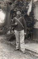 84Mn   Carte Photo Militaire Soldat à Dardilly Le 29 Aout 1914 Drapeaux - Uniformen