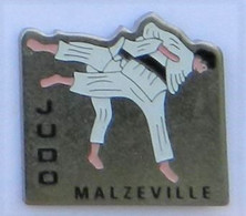 A72 Pin's JUDO Club MALZEVILLE MEURTHE MOSELLE Achat Immédiat - Judo