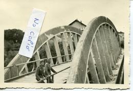 Ardennes. CHATEAU-PORCIEN. 2 Soldats Allemands Sur Pont Improvisé, Canal De L'Aisne - 1939-45