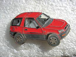 Pin's TOYOTA  RAV4 De Couleur Rouge - Toyota