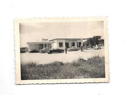 12066 - Photo Station Essence ESSO, Nombreuses Voitures DS Citroen, 4 CV, - Cars