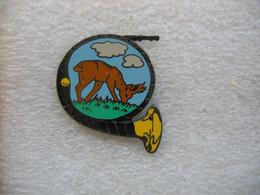 Pin's D'un Corp De Chasse, Et Un Cerf. Tirage Limité à 1000 Exemplaires - Animals