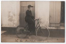 CARTE PHOTO : CYCLISTE - UNE FEMME SUR UN VELO - CYCLISME - ECRITE EN 1919 - 2 SCANS - - Ciclismo
