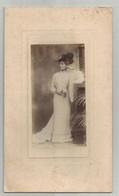 Photographie Femme Du Monde ! En Tenue  élégante Chapeau Mode Avec Bouquet De Fleurs Photo Walton Adams Reading - Antiche (ante 1900)