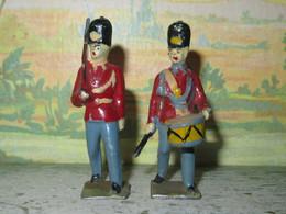 SOLDAT DE PLOMB CREUX - 2 SOLDATS ANGLAIS AVEC BONNET D OURS  - FABRICATION FRANCE - Soldados De Plomo