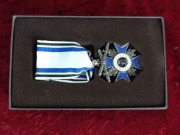 Croce Al Merito Militare Di Baviera 1866 Ottima Replica Con Nastrino Ed Espositore Nuova - Avant 1871