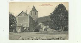 27 - DOUAINS - Le Bureau De Poste Et L'église Animé Bon état - Otros Municipios