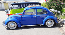 Reproduction D'un Photographie D'une Coccinelle VW De Couleur Bleue à Côté D'un Vab VW Vert Et Bleu - Reproductions