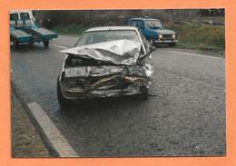 PHOTO ORIGINALE - ACCIDENT DE VOITURE - RENAULT 4L DE GENDARMERIE - R4 R 4 - CRASH CAR - Automobili