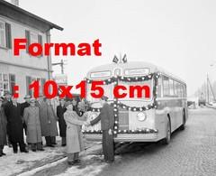 Reproduction Photographie Ancienne D'un Bus Décoré Pour L'inauguration De La Ligne Kloten Seebach En Suisse En 1952 - Riproduzioni