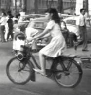 Mobilette  à Saïgon 1967  Photo 7.5x10.5cm Jeune Fille Moto - Coches