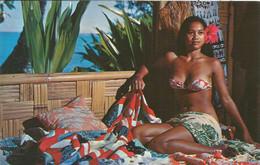 000739 - POLYNESIE - A TAHITIAN VAHINE AT HOME - 1961 - French Polynesia