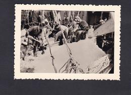 Photo Originale Vintage Snapshot Boulogne Sur Mer Mise En Cale  De La Glace Sur Bateau De Peche  ( 46100) - Professions