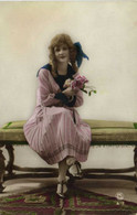 Portrait Jeune Femme Assise Sur Un Banc Gros Noeud Dans Les Cheveux RV - Women