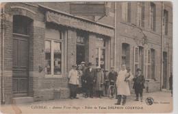 CAMBRAI (59) Avenue Victor Hugo . (Groupe Animé De Personnes Devant Le ) Débit De Tabac DELPHIN COURTOIS - Cambrai