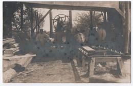 CARTE PHOTO ECRITE DE VILLERS EN 1916 ( COTTERETS A CONFIRMER ) : PRISONNIERS ALLEMANDS DANS UNE SCIERIE ? -z 3 SCANS Z- - Villers Cotterets