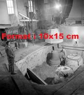 Reproduction Photographie Ancienne D'un Ouvrier Dans Une Fonderie De Cloche à Aarau En Suisse 1940 - Riproduzioni