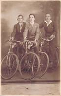 CARTE PHOTO De TROIS CYCLISTES - VELO ECLAIRAGE - Fotografia