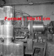 Reproduction Photographie Ancienne D'un Ouvrier Fabricant Des Bidons En Aluminium Pour Le Laiten Suisse 1950 - Riproduzioni
