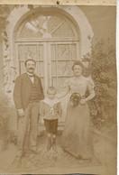 PHOTOGRAPHIE SUR CARTON COUPLE ET SON ENFANT À LAMALOU LES BAINS EN 1896 - Oud (voor 1900)