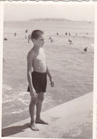 Old Real Original Photo - Naked Little Boy Posing In Front Of The Sea - Ca. 9x6.5 Cm - Persone Anonimi