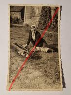 Photo Vintage. Original. La Femme Nourrit Les Poulets. Lettonie D'avant-guerre - Objetos