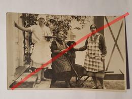 Photo Vintage. Original. Des Filles Et Un Chien. Lettonie D'avant-guerre - Objetos
