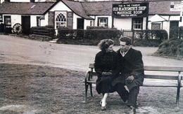 """Gretna Green, April 1956"" Old Blacksmith's Shop, Scotland, Marriage, Young Couple [CPM Nostalgia Postcard Reproduction] - Marriages"