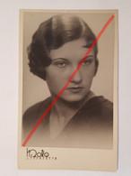Photo Vintage. Original. Mode. Fille Avec Une Belle Coiffure. Lettonie D'avant-guerre - Objetos