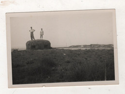 MILITARIA  - PHOTO A LOCALISER DE 2 PERSONNES SUR LE TOIT D'UN BUNKER OU D'UNE CASEMATE ? NOTEE 1949 - 8.8 X 6 Cm - War, Military