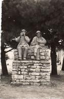 A Identifier : Carte Photo Statue Joueurs De Bombarde Et Biniou , Envoyé De Plozevet  , Finistère - Da Identificare
