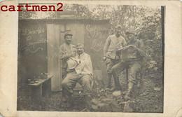 """CARTE PHOTO : """" COIFFEUR DU POILU """" CRAPOUILLOT PIERRE DAILLY 49e REGIMENT D'ARTILLERIE 51e BATTERIE  HAIRCUT POILU CAMP - Weltkrieg 1914-18"""