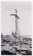 PHOTO ORIGINALE 39 / 45 WW2 WEHRMACHT FRANCE SAINT NAZAIRE SOLDATS ALLEMANDS DEVANT LE MONUMENT AMÉRICAIN - Krieg, Militär