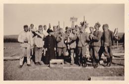 PHOTO ORIGINALE 39 / 45 WW2 WEHRMACHT FRANCE PLOMODIERN / PLOEVEN LES SOLDATS ALLEMANDS AVEC LE CURE DE LA COMMUNE - Guerra, Militari