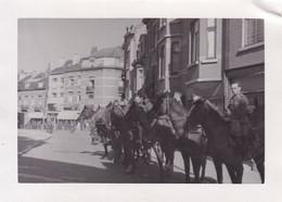 PHOTO ORIGINALE 39 / 45 WW2 WEHRMACHT BELGIQUE BRUXELLES SOLDATS ALLEMANDS DÉFILÉ SUR LA GRANDE PLACE - Guerra, Militares
