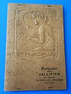 23/8/1925 Pochette Photographique Gaufrée Femme Dos Nu En Relief Pour Rangement Photos Photographie Jallifier Briançon - Supplies And Equipment