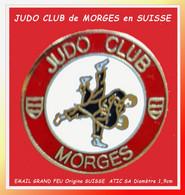 "SUPER PIN'S ""JUDO"" : Origine SUISSE, Club De JUDO De MORGES émaillé Grand Feu Base Or Signé ATIC SA, Diamètre 2cm - Judo"