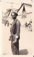 PHOTO ORIGINALE 39 / 45 WW2 WEHRMACHT FRANCE PITHIVIERS UN PRISONNIER DES COLONIES FRANCAISES AU CAMP - Guerra, Militari