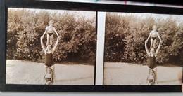 PLAQUE De VERRE STÉRÉO - Photo De Famille - Mère Et Ses Filles En Maillot De Bain  - 6x13 - TBE - Diapositiva Su Vetro