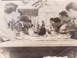 PHOTO ORIGINALE 39 / 45 WW2 US . ARMY  FRANCE LES ANDELYS 1945 LES SOLDATS AMERICAINS REPAS DES LIBÉRATEURS - Guerra, Militares