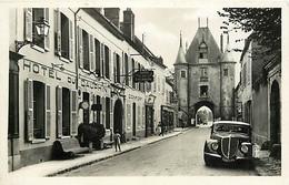 Automobiles - Voitures De Tourisme - Villeneuve Sur Yonne - Hôtel Du Dauphin Et Porte Le Joigny - CPSM Format CPA - Voir - Turismo