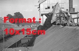 Reproduction Photographie Ancienne Du Déchargement D'un Wagon De Charbon Mine De Huswil En Suisse En 1942 - Riproduzioni