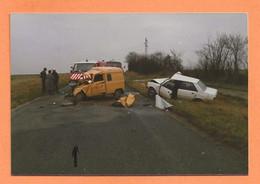 PHOTO ORIGINALE - ACCIDENT DE VOITURE RENAULT 4L DE LA POSTE CONTRE PEUGEOT 305 - R4 R 4  - CRASH CAR - Automobili